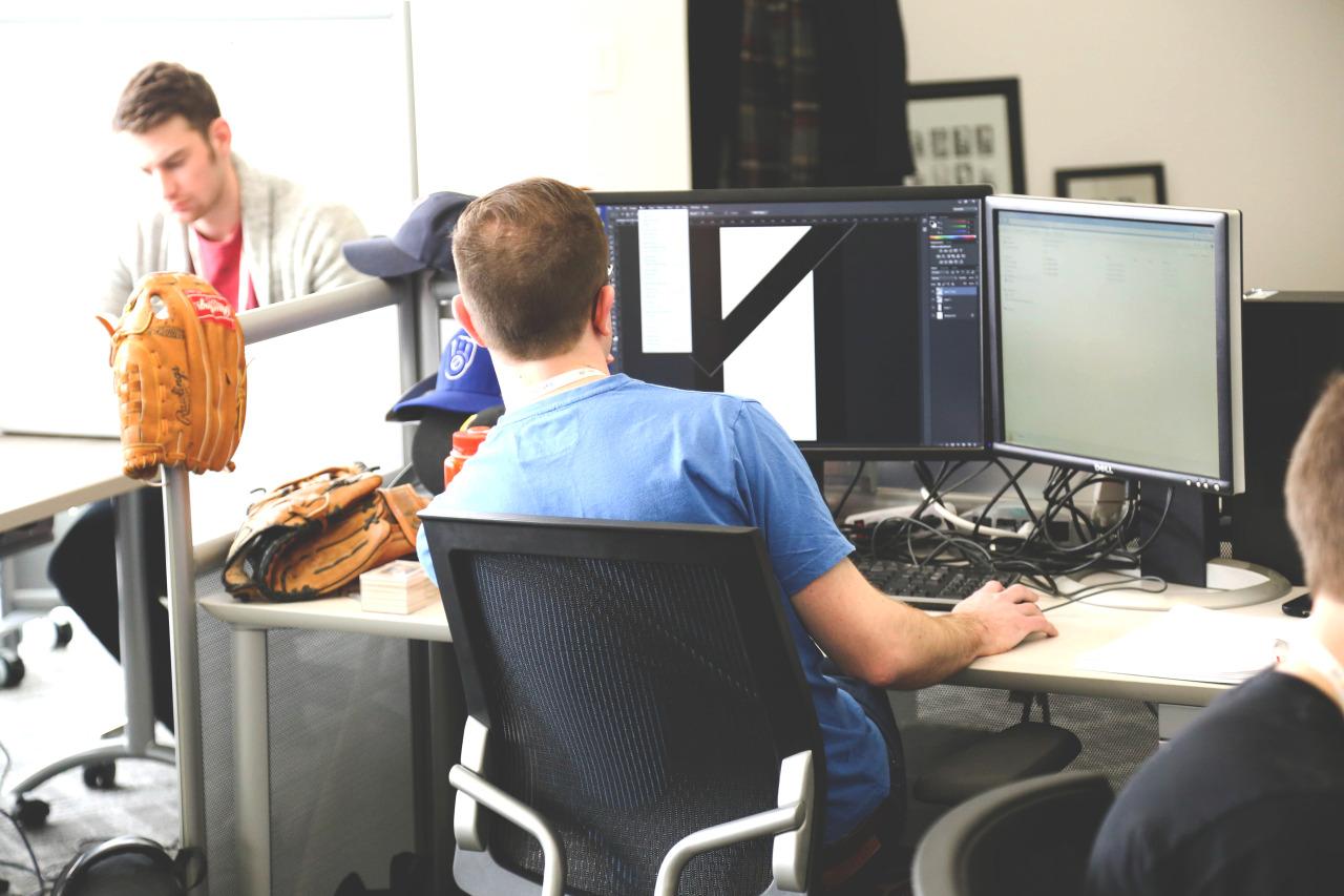 osoba pracująca przykomputerze