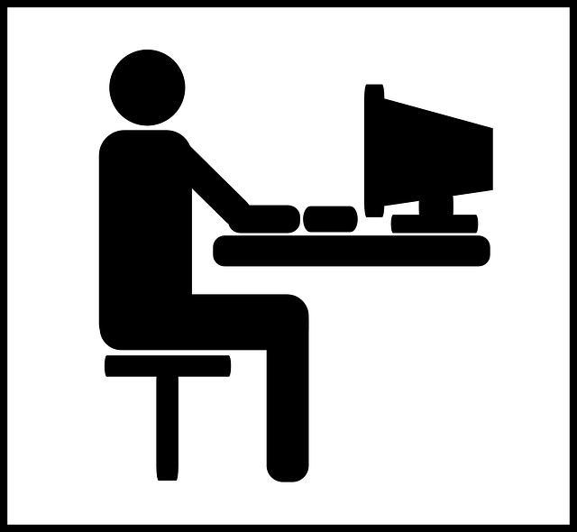 postać przy komputerze