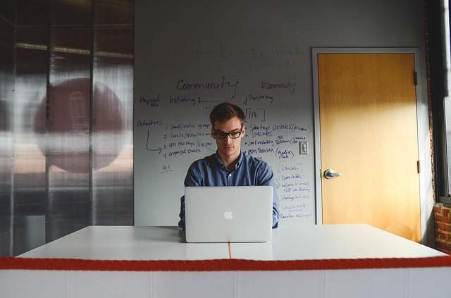 pracownik przy biurku