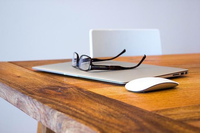 okulary na laptopie
