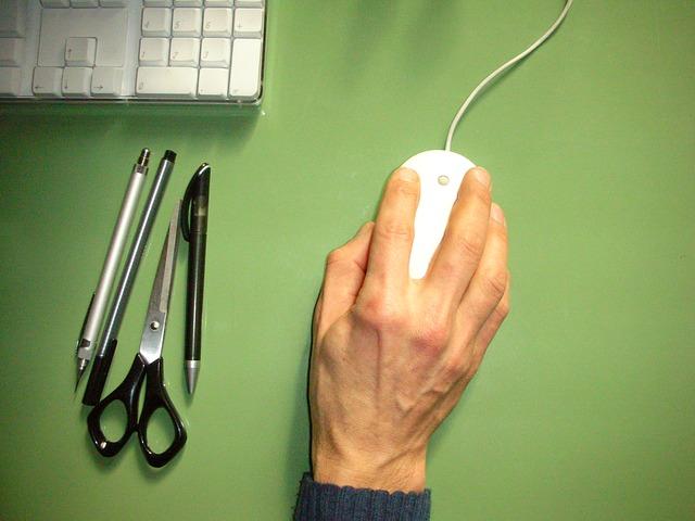dłoń na biurku